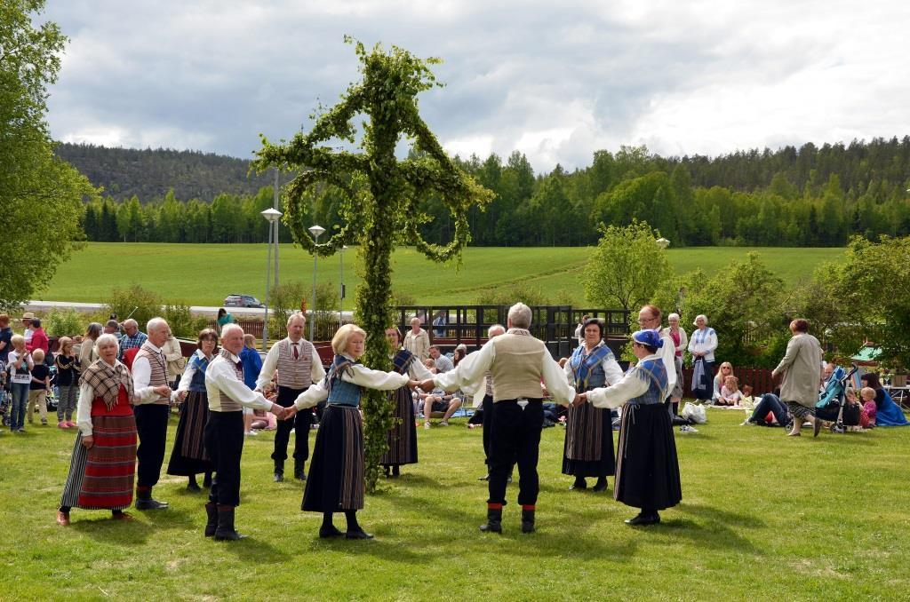 Dem Maibaum verwandt ist der Mittsommerbaum in Schweden. copyright: pixabay.com