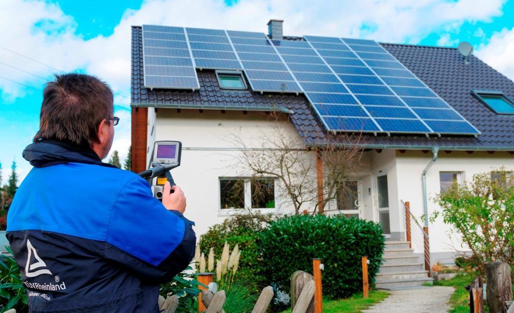 Prüfung Photovoltaikanlage auf dem Dach  Foto: obs / TÜV Rheinland AG / Reinhard Witt