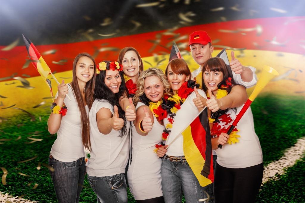 Von fliegenden Fanartikeln bis zu nervenden Nachbarn:So können Fußballfans ohne Platzverweis die EM genießen copyright:  detailblick-foto / fotolia.com