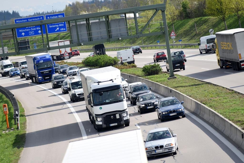 Im Stau immer auf die aktuell schnellere Spur wechseln? Bringt nix! copyright: Conny Kurz / TÜV Süd AG