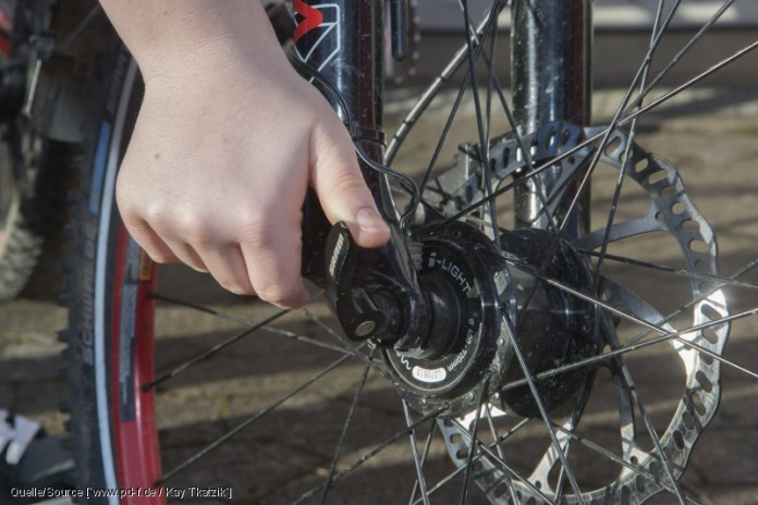 Erst mal muss der Reifen natürlich runter vom Rad. Wenn die Nabe mit Schnellspannern befestigt ist, bedeutet das nicht viel mehr als einen Handgriff. copyright: www.pd-f.de / Kay Tkatzik