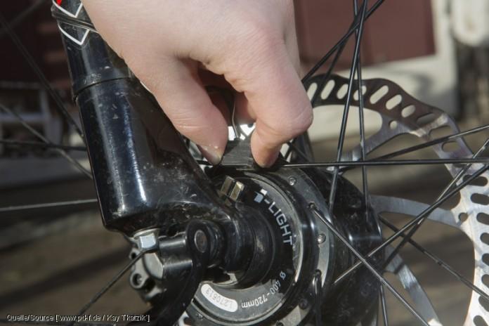 Obacht bei Nabendynamos! Hier muss man erst den Kabelstecker abziehen, bevor man den Reifen abmontiert. copyright: www.pd-f.de / Kay Tkatzik