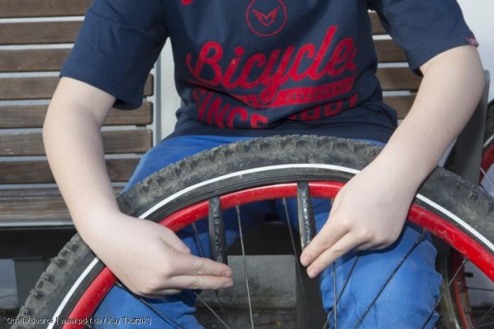 Sobald der Mantel aus der Felge gehoben ist, zieht man ihn mit Hilfe eines zweiten Reifenhebers nach und nach ab. Wenn er an einer Stelle nur noch schwer heruntergeht, versucht man es besser in der anderen Richtung. Wichtig ist es nämlich, den Schlauch nicht noch mehr zu beschädigen. copyright: www.pd-f.de / Kay Tkatzik