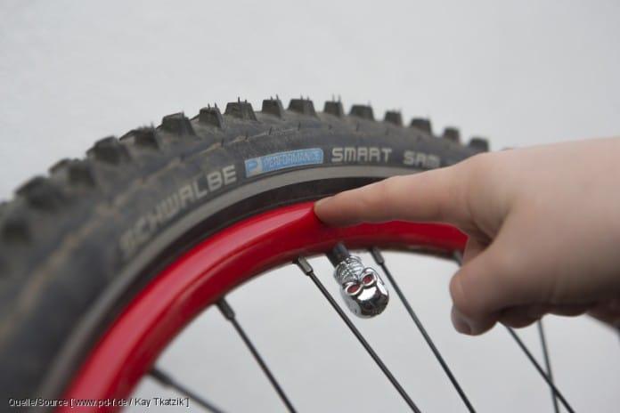 Mit welchem Druck der Reifen aufgepumpt werden sollte, steht auf der Reifenflanke. ?Min? heißt hier, wie viel Druck es auf jeden Fall sein muss, ?Max? gibt an, bis zu welchem Wert höchstens gepumpt werden darf. copyright: www.pd-f.de / Kay Tkatzik