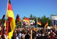 Lukas Podolski feiert Kölns größtes Public Viewing zur WM 2018 copyright: Jens Zehnder / pixelio.de