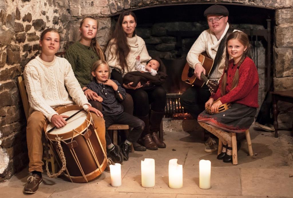 Derzeit steht Angelo Kelly erstmals zusammen mit seiner Ehefrau und vier Kindern als eigenständige Musikerfamilie auf der Bühne und gemeinsam machen sie mit überwältigendem Erfolg richtig gute Musik! copyright: Chris Bućanac