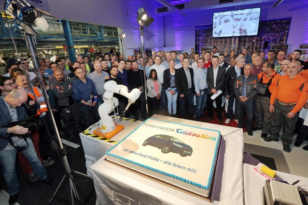 Rund 150 Ford-Mitarbeiter haben sich in der Ford-Endmontage getroffen, um den 40. Geburtstag des Ford Fiesta zu feiern. Gebaut wird der Ford Fiesta in Europa seit Mai 1976. Das Ford-Werk in Köln nahm 1979 die Produktion des Ford Fiesta auf, der in 2015 und in den drei Jahren zuvor Europas meistverkaufter Kleinwagen war. copyright: Ford-Werke GmbH