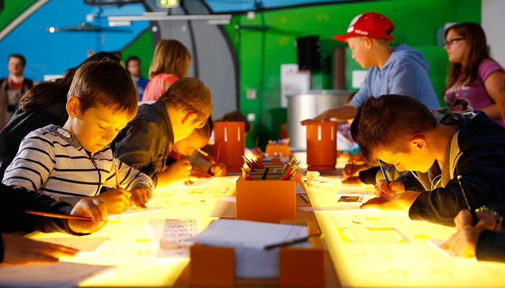 Kinder und Jugendliche lernen spielerisch den kreativen und selbstbestimmten Umgang mit Multimediatechnologien und erfahren gleichzeitig, wie ein Maus-Spot entsteht und ein Trickfilm gemacht wird. copyright: Tom Trambow