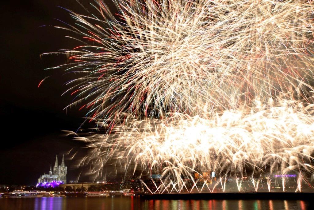 Von zwei 120 Meter langen Schiffen mitten auf dem Rhein werden in 30 Minuten rund 4,7 Tonnen Feuerwerkskörper in den Kölner Himmel geschossen und abgefeuert. copyright: WECO