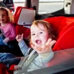Um die zur Auswahl stehenden Sitze vor dem Kauf ausprobieren zu können, sollten Eltern den Nachwuchs und das eigene Fahrzeug mitnehmen. copyright: ADAC / Edward Beierle