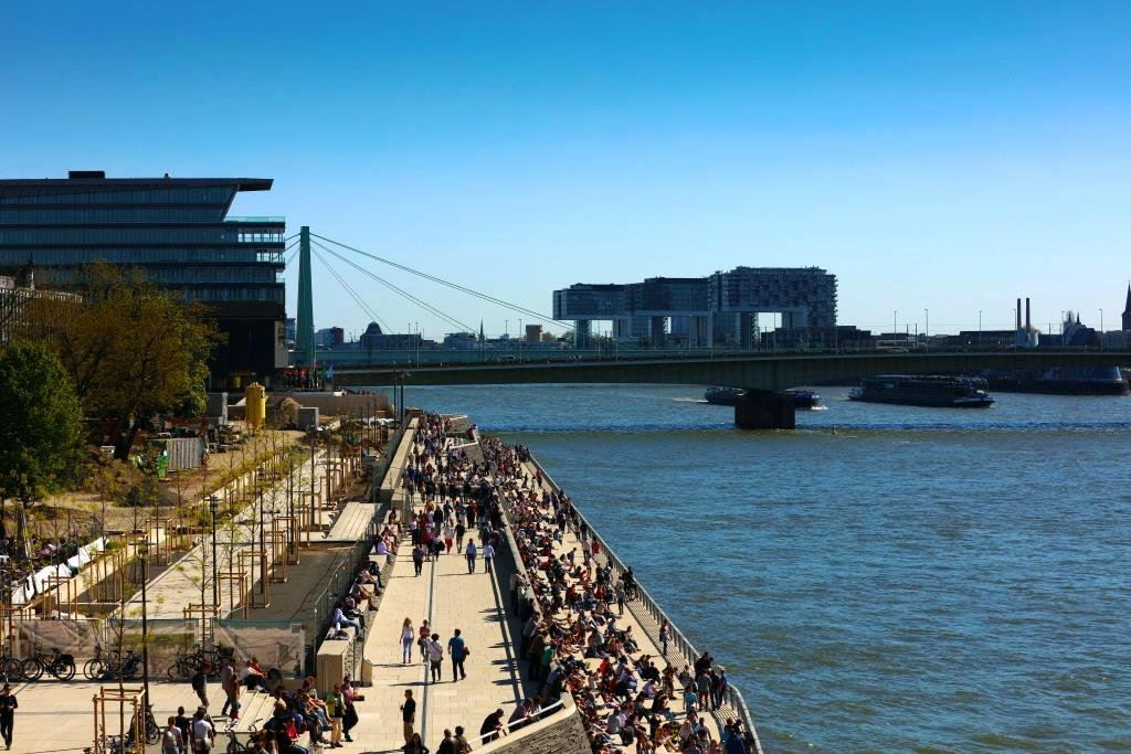 Immer wieder kommt es zu größeren Menschenansammlungen am Kölner Rheinboulevard. copyright: Alex Weis / CityNEWS