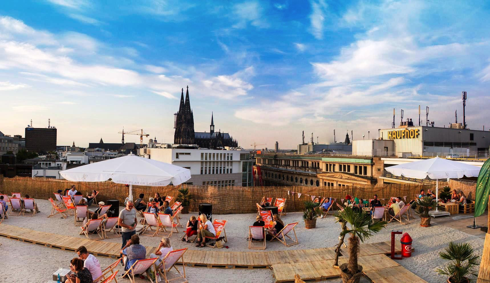 Mit einem atemberaubenden Blick direkt auf den Dom und das Kölner Stadtpanorama darf man hier – bei einem coolen Sundowner auf Kölns höchster Beachbar – Urlaubsfeeling mitten in der City genießen! copyright: SonnenscheinEtage