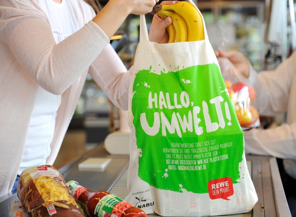 REWE verbannt die Plastiktragetaschen sukzessive aus den Supermärkten.  copyright: obs/REWE Markt GmbH/Meta Welling