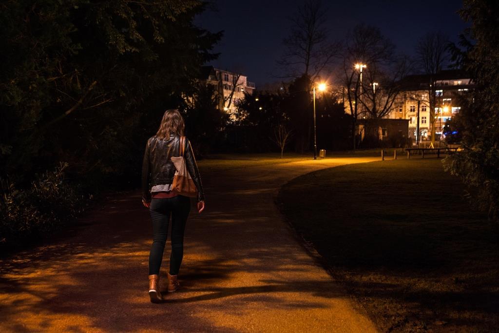"""Die App """"WayGuard"""" von AXA gibt Frauen auf dem Weg nach Hause das Gefühl, nicht allein zu sein  copyright: obs / AXA Konzern AG / Oli Bellendir"""