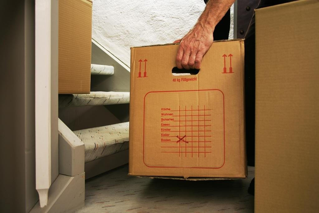 Überfüllte Kartons sind schwer zu tragen, selbst für professionelle Umzugshelfer. copyright: RainerSturm / pixelio.de