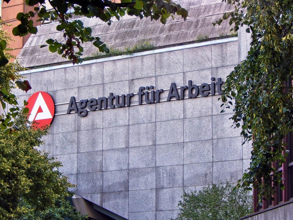 Polizei Großeinsatz im Jobcenter Köln - Bewaffnete Person