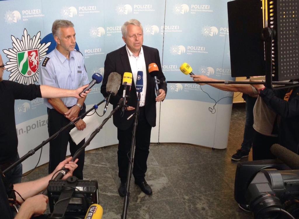 Bei einem Pressegespräch um 19.30 Uhr im Foyer des Polizeipräsidiums Köln zeigte sich Polizeipräsident Jürgen Mathies insgesamt zufrieden mit dem Verlauf des Einsatzes - vorbehaltlich der noch andauernden Abreisephase. copyright: Polizei Köln