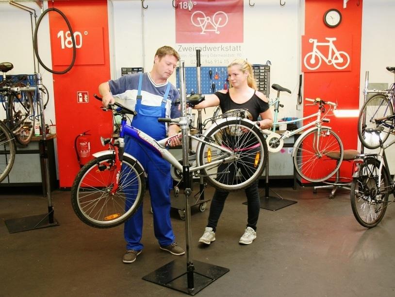 """Die Zweiradwerkstatt """"180°"""" ist ein Kooperationsprojekt der IB West gGmbH für Bildung und soziale Dienste und der Aidshilfe Köln und wird durch das Jobcenter Köln gefördert. copyright: Toyota Deutschland GmbH"""