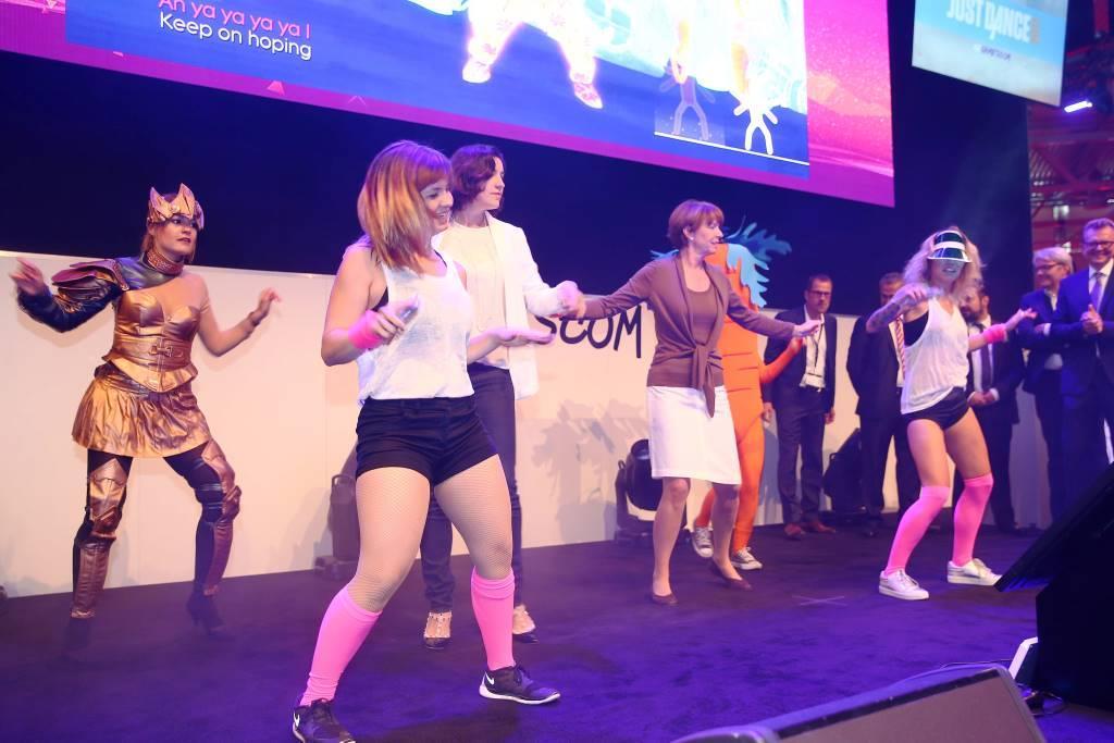 Dorothee Bär und Henriette Reker nutzten die Gelegenheit um das Tanzbein zu schwingen. copyright: Mathis Wienand / Getty Images for BIU