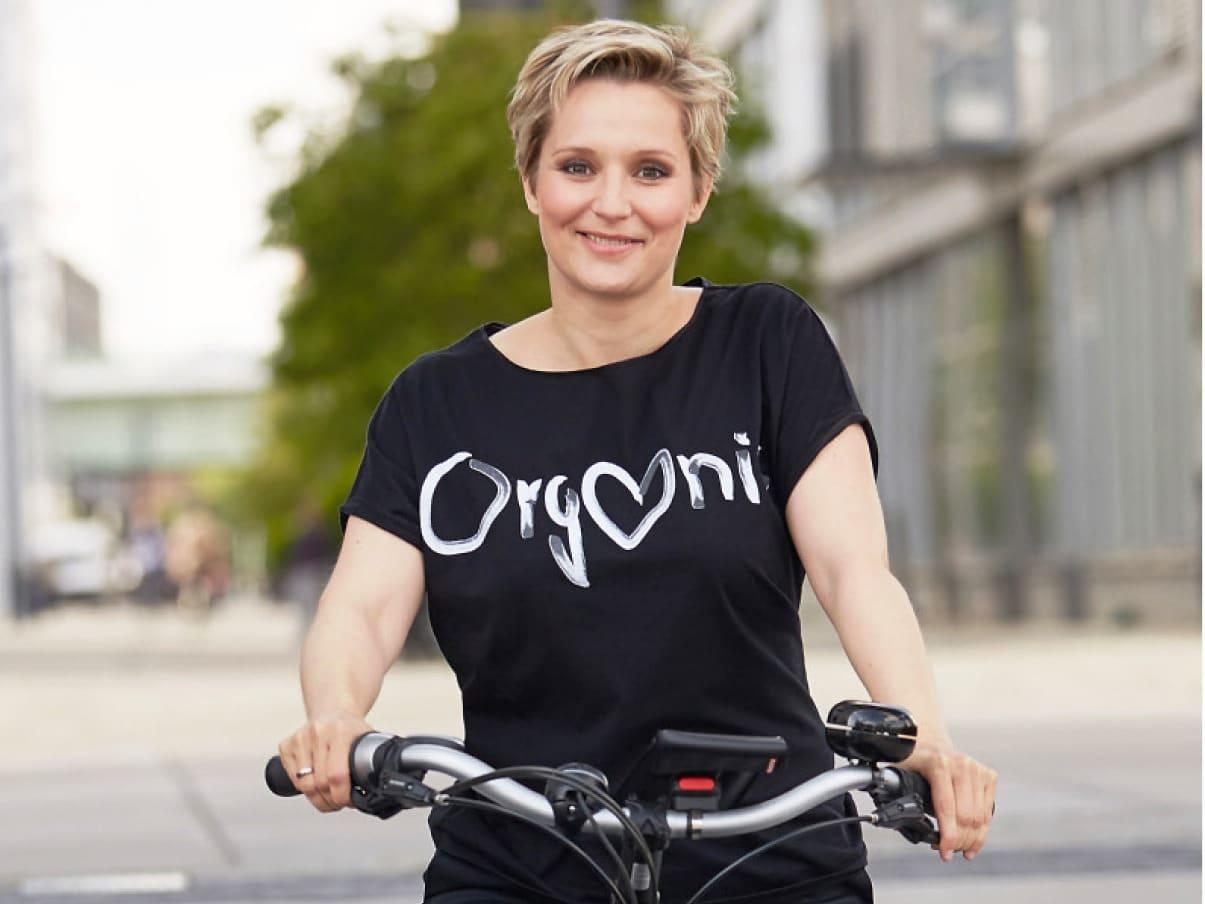 Mit der bekannten Kölner Designerin Claudia Lanius hat Janine Steeger kürzlich ein eigenes grünes Modelabel entworfen. - copyright: Marcus Gloger