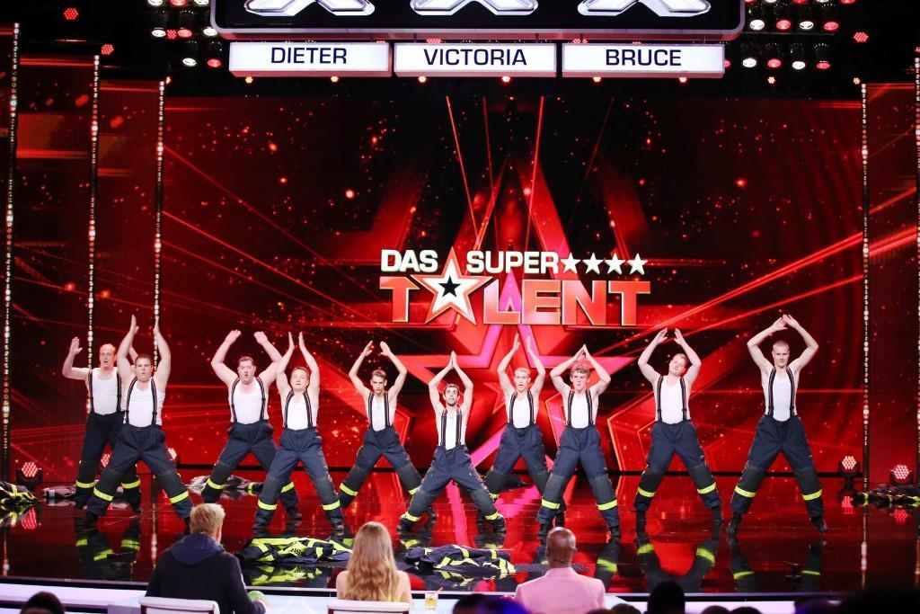 """Marcus Schramm und sein Männerballett aus Riedstadt präsentieren eine Tanzshow in Feuerwehruniformen.   Alle Infos zu """"Das Supertalent"""" im Special bei RTL.de: http://www.rtl.de/cms/sendungen/das-supertalent.html - Foto: RTL / Stefan Gregorowius"""