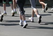 Wer zu schnell rennt, verbrennt im Zweifel statt der gewünschten Fettkalorien Kohlenhydrate aus den Muskeln. Helfen kann beim Training eine Puls-Uhr! - copyright: Klicker/pixelio.de