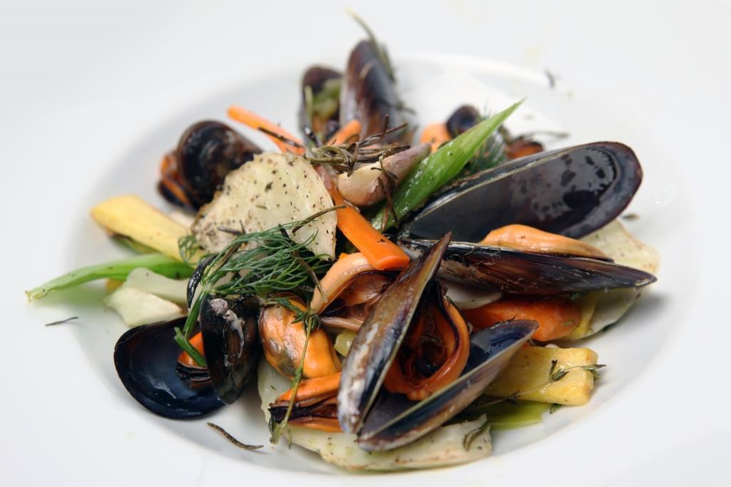 Genuss pur bei frischen Muscheln und leckeren Fischgerichten - copyright: Tim Reckmann / pixelio.de