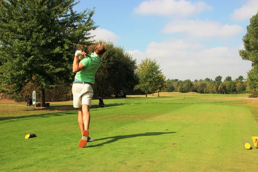 Spannendes Golf-Turnier des Lions-Club Köln-Colonia für den guten Zweck - hier Dr. Alexander Langenbach beim Abschlag copyright: Ronald Biallas