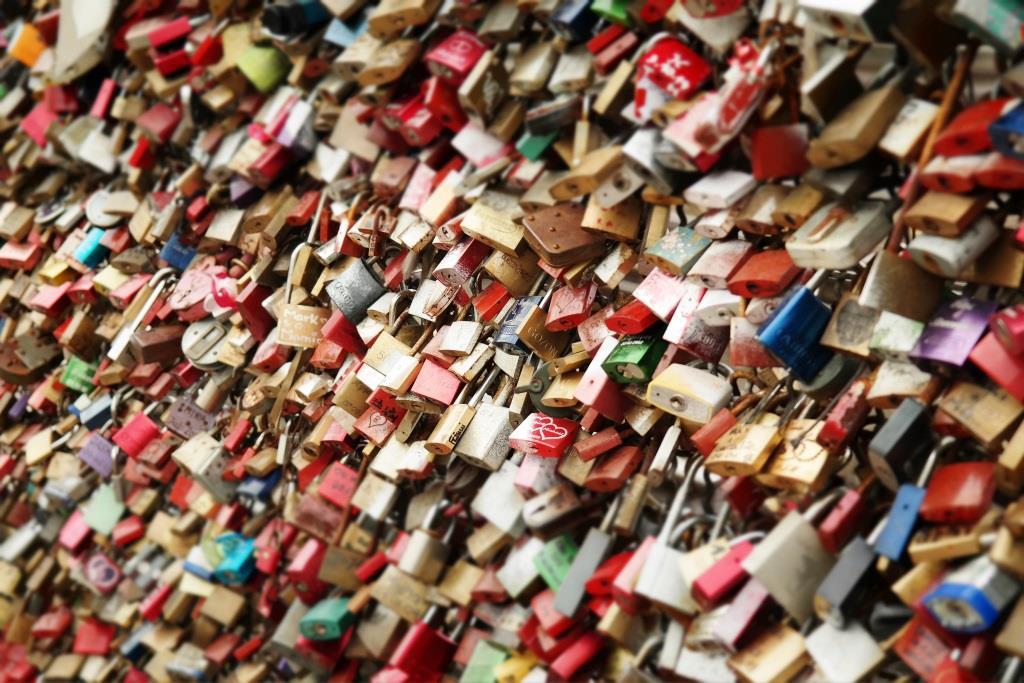 Obwohl die Schlösser an der Hohenzollernbrücke ein geschätztes Gewicht von 26 Tonnen bedeuten, fallen diese bei einem Gesamtgewicht von 24.000 Tonnen quasi unter den Tisch.<br /> copyright: pixabay.com