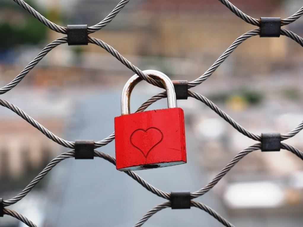 Ein Liebesschloss als Zeichen ewiger Verbundenheit liegt voll im Trend. copyright: pixabay.com