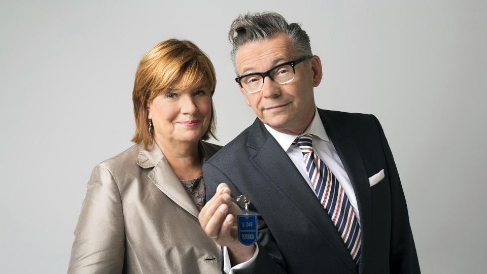 """Christine Westermann und Götz Alsmann freuen sich über den Preis für die Sendung """"Zimmer frei"""" copyright: WDR / Ben Knabe"""