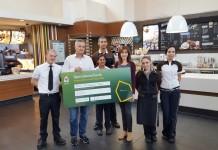 Thomas Wilhelm (2.v.l.) überreicht den Spendenscheck an Hausleitung Nathalie Funke (3.v.r.). - copyright: PR