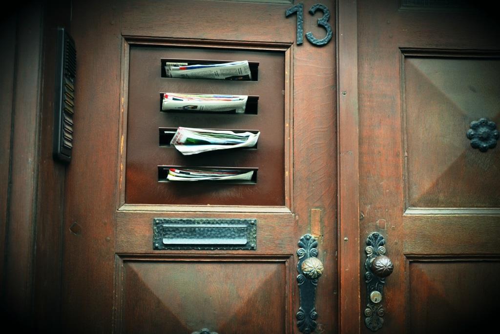 Werbung und Reklame: Der Briefkasten quillt über vor lauter überflüssigem, bunt bedrucktem Papier. Was hilft gegen nervige Prospekte und Co.? - copyright: pixabay.com