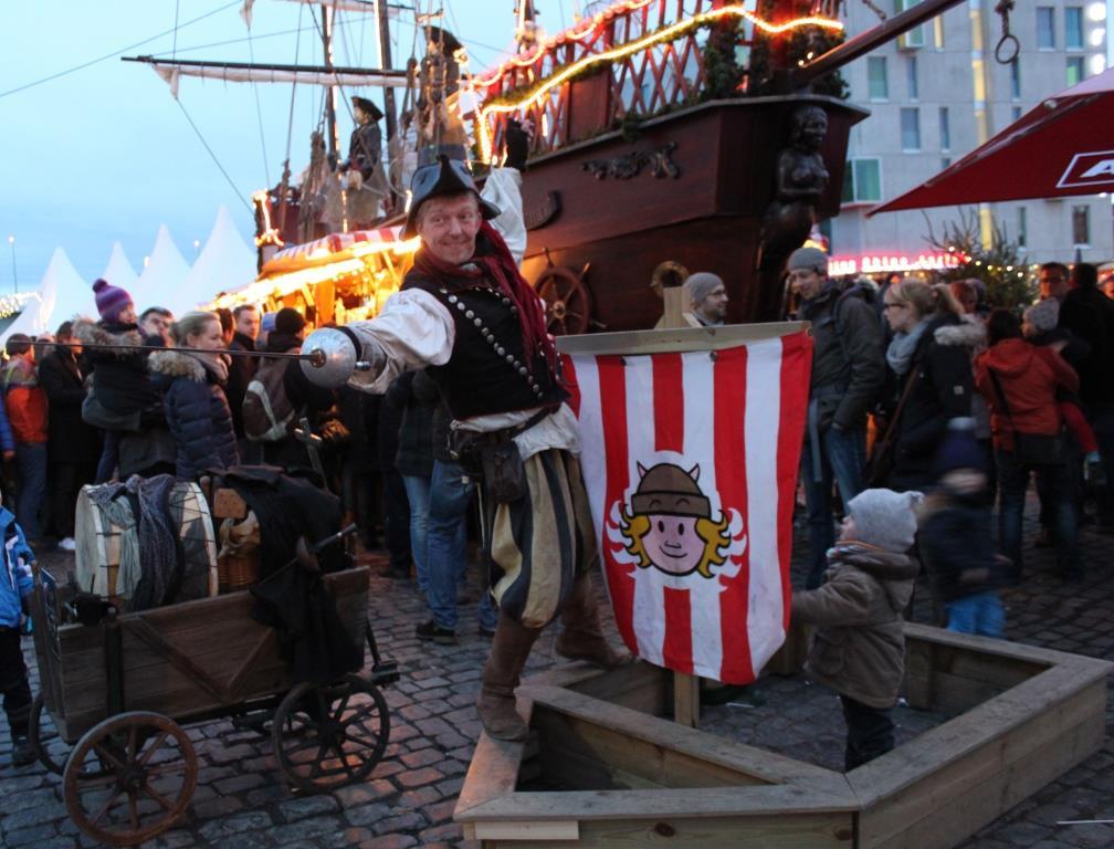 Vielseitiges Programm auf dem Kölner Hafen-Weihnachtsmarkt am Schokoladenmuseum - copyright: Kölner Hafen-Weihnachtsmarkt