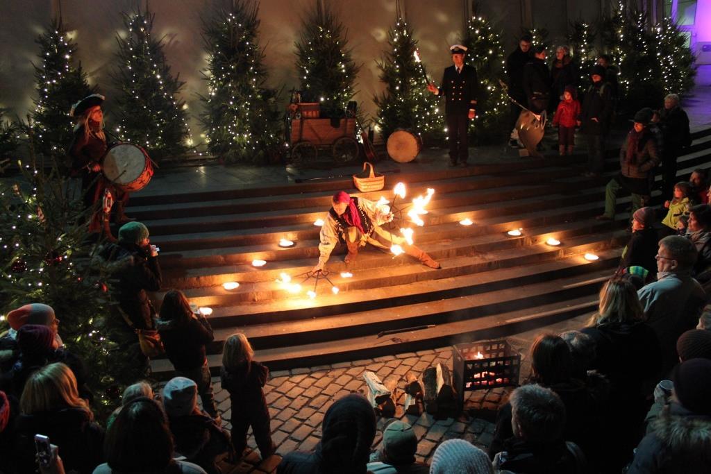 Ein vielseitiges Kultur- und Unterhaltungsprogramm, vom Shanty bis zum klassischen Weihnachtslied, unterstreicht die lebhafte Hafenatmosphäre und weihnachtliche Stimmung. - copyright: Kölner Hafen-Weihnachtsmarkt
