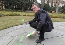 Erzbischof Rainer Maria Kardinal Woelki sprüht mit Kreide den Schriftzug #gutmensch auf den Boden. - copyright: pek
