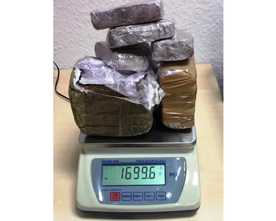 Die Beamten beschlagnahmten über 1,5 Kilogramm Haschisch, kleinere Mengen Kokain und diverse elektronische Beweismittel, wie Tablets und Smartphones. - copyright: Polizei Köln