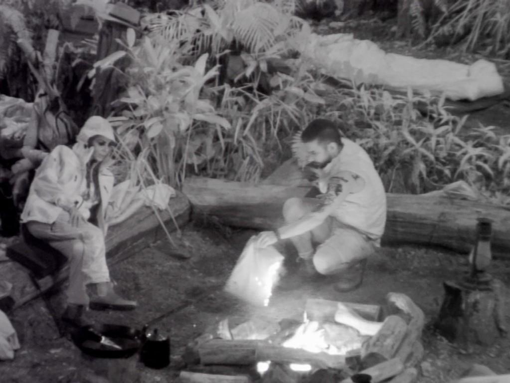 Bei der Nachtwache mit Kader Loth fängt ein Kissen Feuer. Feuerwehrmann Marc Terenzi verhindert Schlimmeres. - Foto: RTL Alle Infos zu Ich bin ein Star - Holt mich hier raus! im Special bei RTL.de