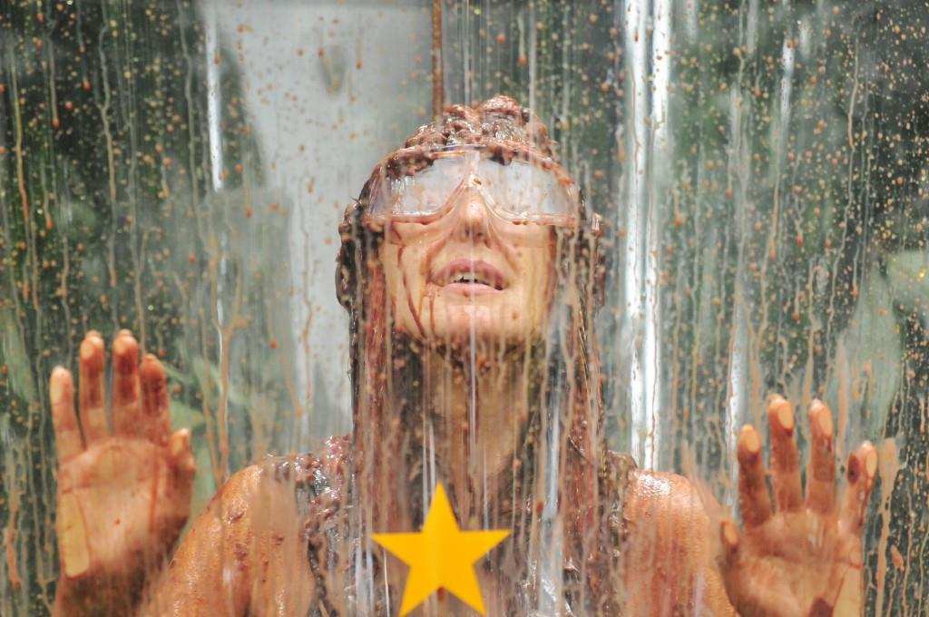 """Hanka Rackwitz landet bei ihrer finalen Prüfung im schlimmen Eisbecher - Foto: RTL / Stefan Menne <a href=""""http://www.rtl.de/cms/sendungen/ich-bin-ein-star.html"""" title=""""Alle Infos zu Ich bin ein Star - Holt mich hier raus! im Special bei RTL.de"""" target=""""_blank"""" rel=""""nofollow"""">Alle Infos zu Ich bin ein Star - Holt mich hier raus! im Special bei RTL.de</a>"""