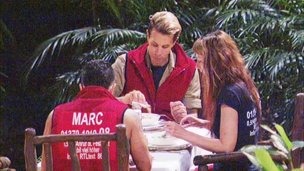 """Die drei Finalisten haben sich ihr erstes serviertes Abendessen im Dschungel hart erkämpft. Es gibt drei Vorspeisen, eine Hauptmahlzeit und drei Nachspeisen. - Foto: RTL - <a href=""""http://www.rtl.de/cms/sendungen/ich-bin-ein-star.html"""" title=""""Alle Infos zu Ich bin ein Star - Holt mich hier raus! im Special bei RTL.de"""" target=""""_blank"""" rel=""""nofollow"""">Alle Infos zu Ich bin ein Star - Holt mich hier raus! im Special bei RTL.de</a>"""
