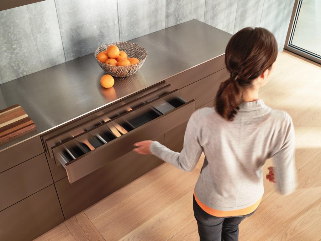 Hohen Komfort und einen mühelosen Zugriff auf das Staugut ohne jeglichen Kraftaufwand – das bietet eine elektrische Öffnungsunterstützung. Und zwar nicht nur in grifflosen Küchen - copyright: AMK