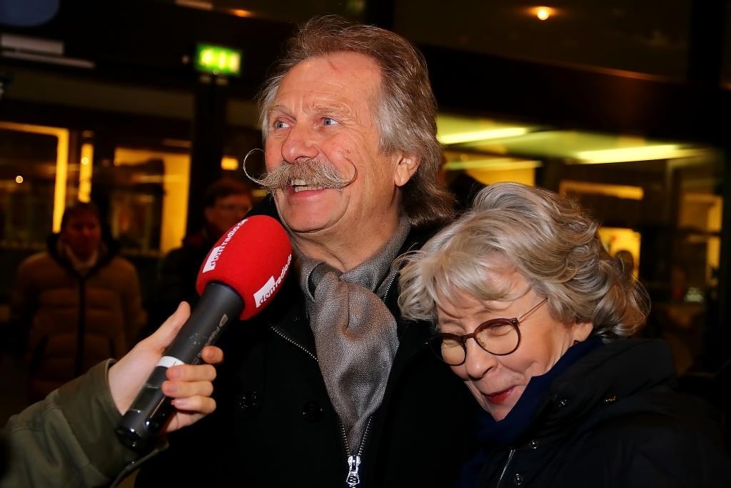 """Der Chor """"Grenzenlos"""", verstärkt durch Mit-Initiator Henning Krautmacher (links), sprach eine musikalische Einladung an alle aus, den Silvesterabend """"fröhlich und sicher"""" in Köln gemeinsam zu feiern. - copyright: CityNEWS / Thomas Pera"""