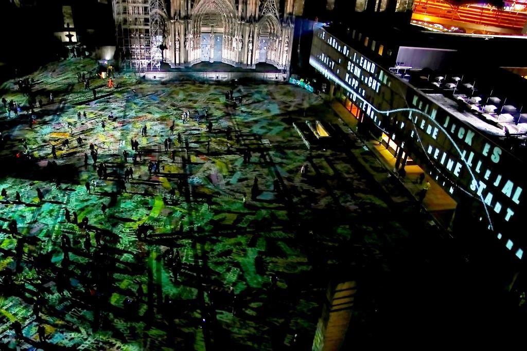 """Lichtinszenierung """"Dein Wort für Köln"""" von Philipp Geist auf dem Kölner Roncalliplatz - copyright: CityNEWS / Thomas Pera"""
