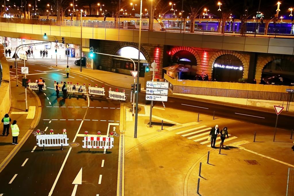 Die Brücken über den Rhein und Zugangsstraßen wurden gesperrt und von Beamten in schweren, schusssicheren Westen und mit Maschinenpistolen bewacht. Selbst Polizeifahrzeuge wurden hier überprüft. - copyright: CityNEWS / Thomas Pera