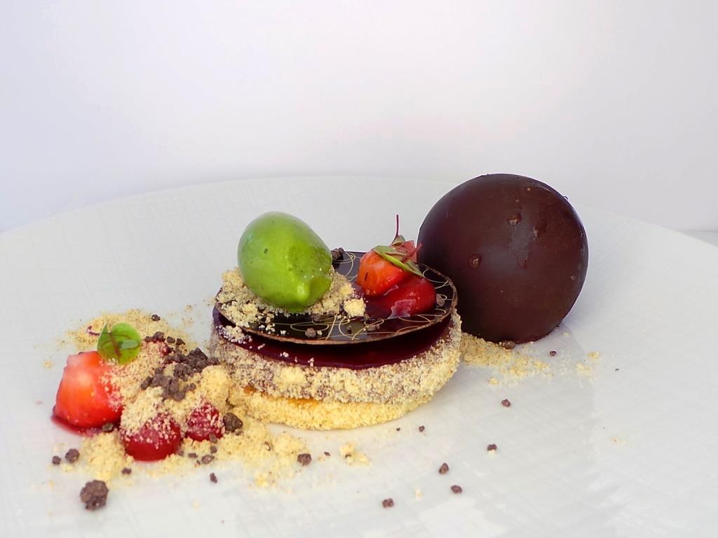 Ob zarte Pralinés, luftige Macarons oder cremige Törtchen - Ob fruchtig, cremig oder schokoladig – bei der Komposition der süßen Kreationen sind der Fantasie kaum Grenzen gesetzt. - copyright: JRE