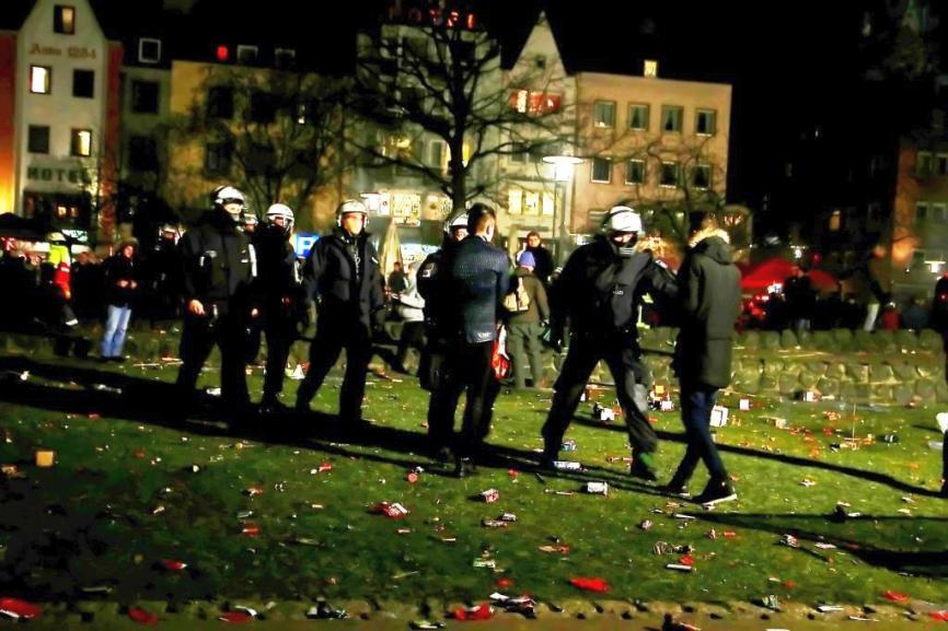 """Erneut seien mehrere hundert junge Nordafrikaner in die Domstadt gereist. Dieses Mal schritten die Einsatzkräfte aber konsequent und mit einer """"Null-Toleranz-Strategie"""" ein. - copyright: CityNEWS / Thomas Pera"""