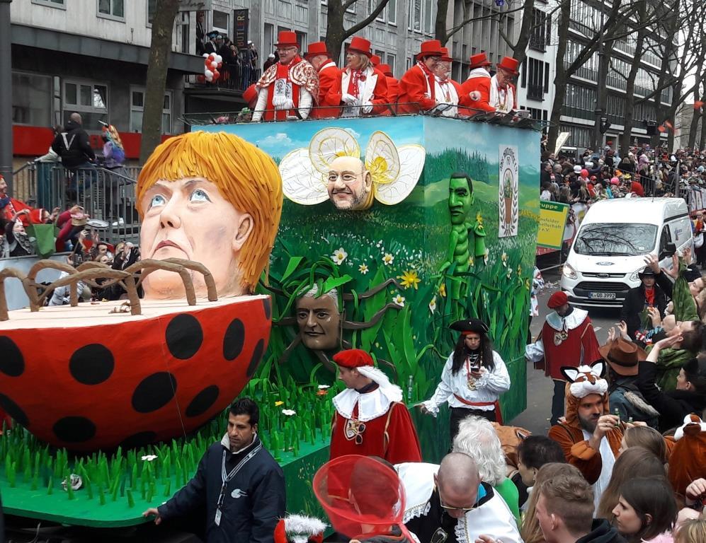 Auch Bundeskanzlerin Angela Merkel war Objekt eines Mottowagens. Aus Käfer getarnt, lag sie auf dem Boden und kam nicht weiter – interessanterweise, stand NRWs Ministerpräsidentin Hannelore Kraft auf diesem Wagen. - copyright: CityNEWS / Christian Esser