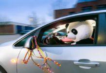 Karneval: Nur ohne Maske hinters Steuer / Verkleidung darf Sicht, Gehör und Bewegungsfreiheit im Auto nicht behindern / Alkohol absolut tabu. Foto: TÜV Rheinland