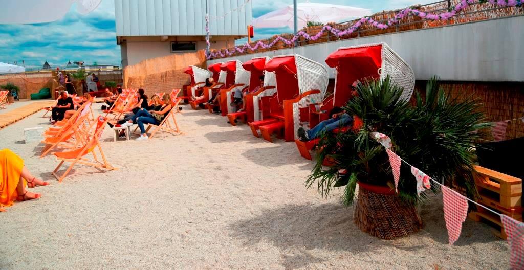 Auf den rund 1.000 Quadratmeter mit etwa 30 Tonnen feinsten Kies, Sonnenliegen und Strandkörben sollte auch für alle Platz sein. - copyright: CityNEWS / Alex Weis