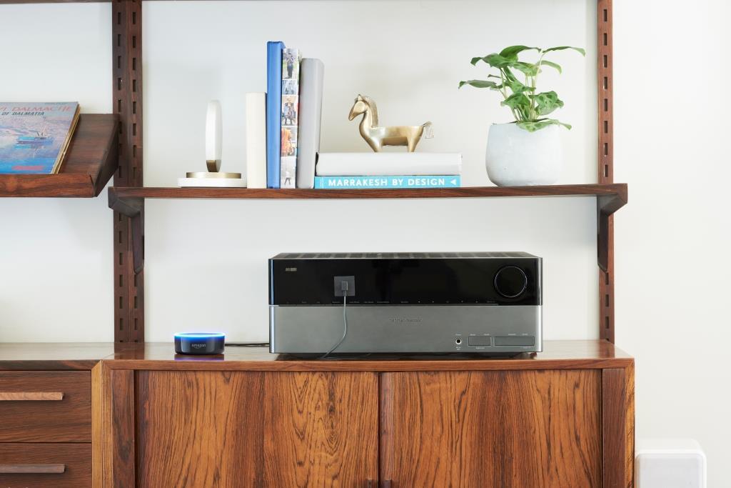 Der kleinere Echo Dot lässt sich über das 3,5-mm-Stereokabel (Miniklinke) oder Bluetooth mit Lautsprechern verbinden und kann so die heimische Stereoanlage per Sprache steuern. - copyright: Amazon